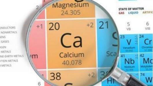 戒酒,因为这些同样容易导致体内的钙流失。       二:吃钙片补钙。   说到怎样补钙效果最好最快,首当其冲的是吃钙片。市面上的钙片很多,老年人年纪大,肠胃吸收不太好,选择钙片时要选择易吸收、钙量高的。像金钙尔奇就是一款专门针对老年人补钙的钙片,添加的维生素D,容易被肠胃吸收,促进钙质快速沉淀至骨骼;老年人每天需要1000-1200mg的钙,金钙尔奇含钙量高,每天两片就能满足老年人日常所需的钙量,帮助增强骨骼健康;锌、镁、铜等微量元素的添加,还能为老年人提供多重营养。   三:配合补充骨胶原蛋白。