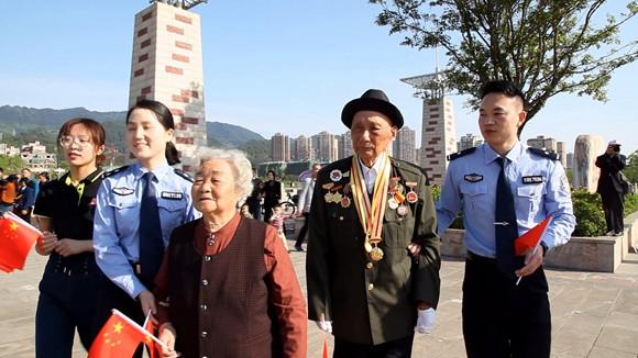 """垫江《我和我的祖国》""""快闪""""开拍 98岁老红军参演献礼"""