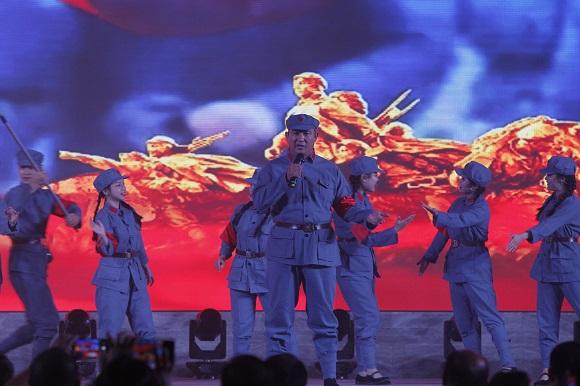 集团执行总裁、陈中实验学校总校长张正彪参与节目演出中.JPG