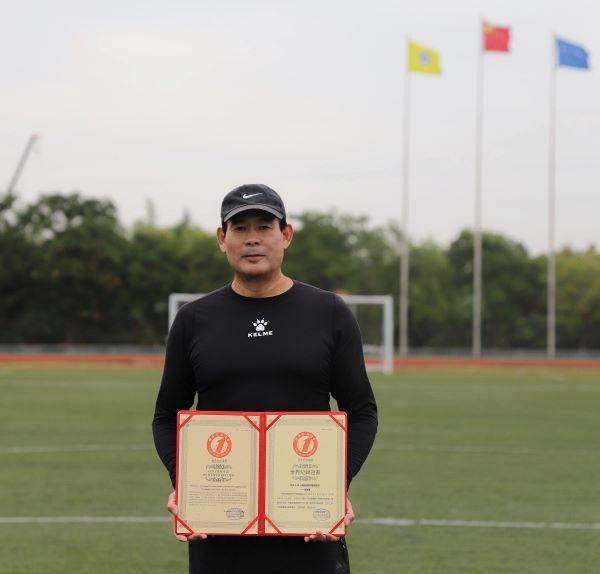 周道华先生打破60分钟连续颠球数量最多世界纪录22.jpg