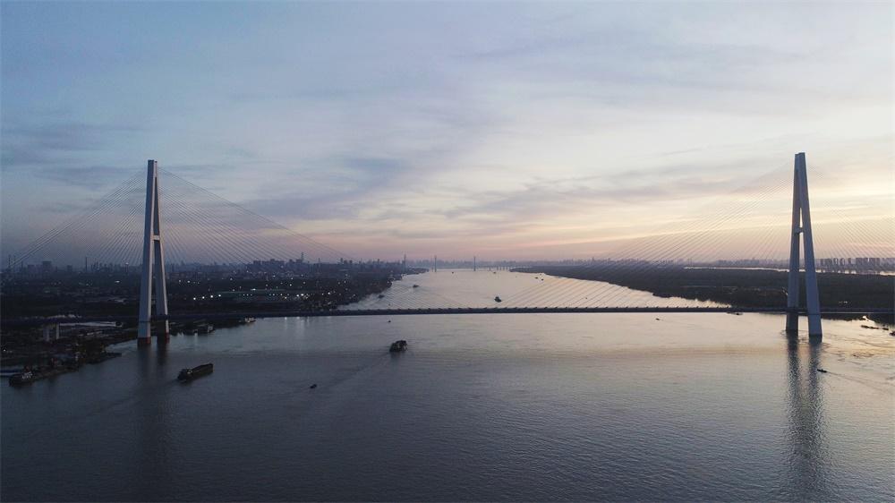 武汉青山长江公路大桥通过交工验收